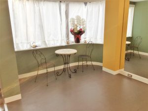 高田馬場 ペガサス スタジオ にあるおしゃれな机と椅子