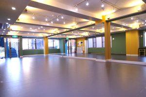 高田馬場スタジオ は バレエ用床 が敷いてある 広いフロア です。